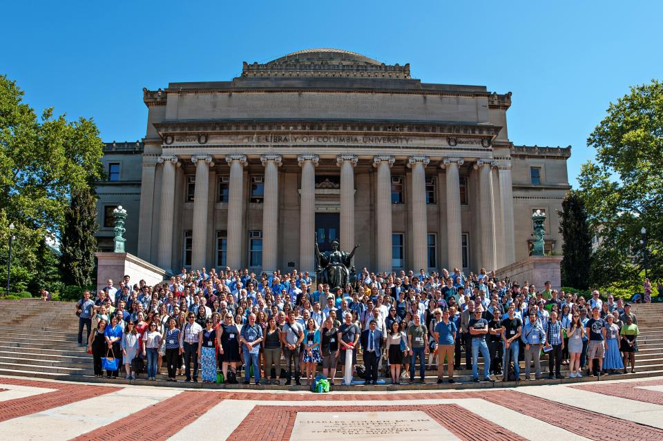 IMPS 2018 group photo, a few hundred people standing in front of the Columbia University library